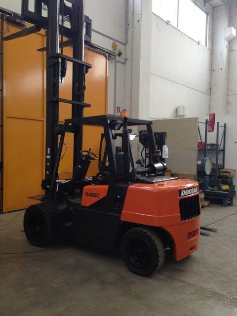 Carrello elevatore frontale muletto Daewoo a diesel - SGA Srl Shopmetalshelves