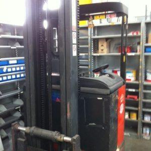 Carrello elevatore Linde retrattile rosso laterale - SGA Shop Metal SHelves